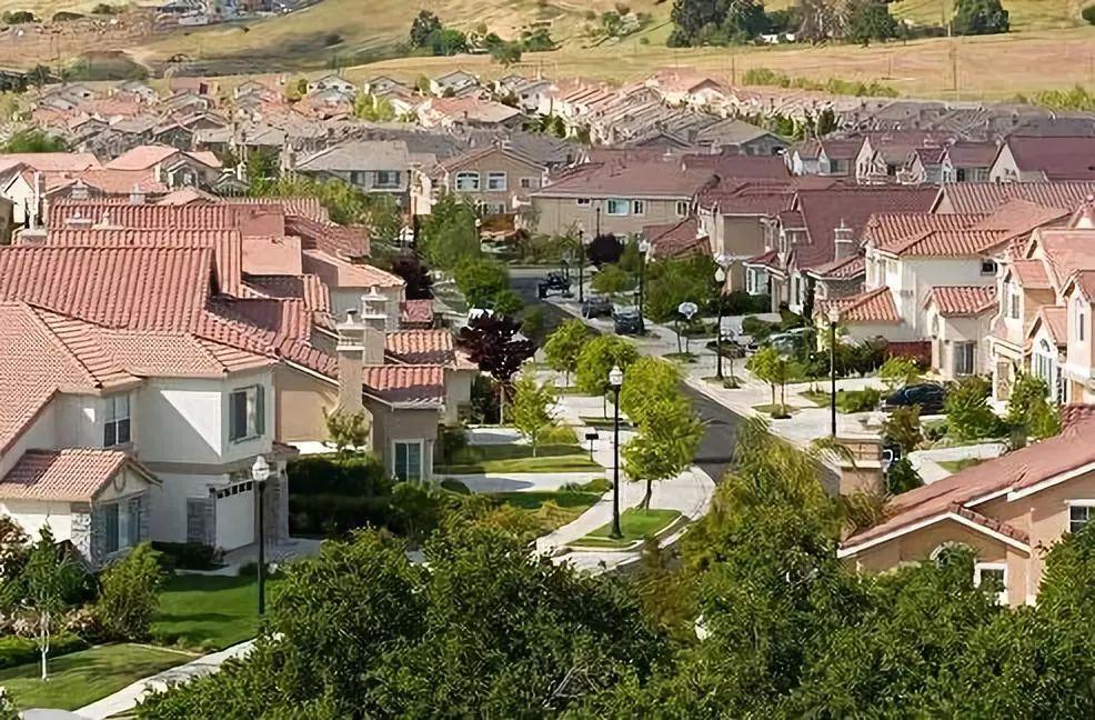 美国房市持续火热 房价高起