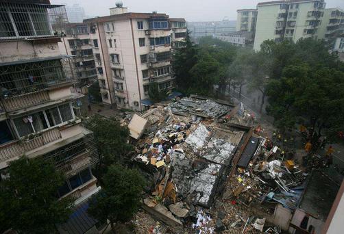 一栋5层楼只用了一个月便建成 没想到刚刚封顶便轰然倒塌