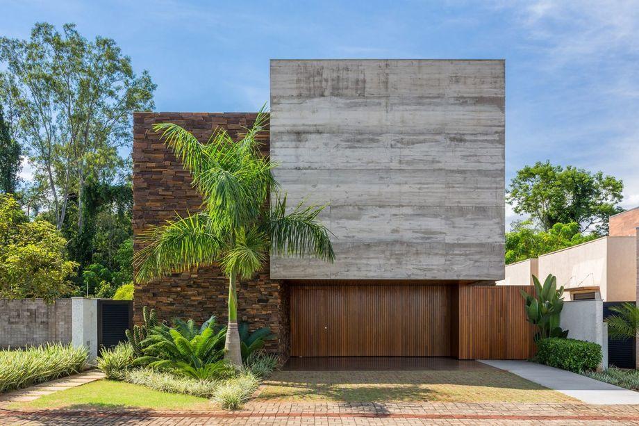 现代住宅的立面由美丽的三种材料构成