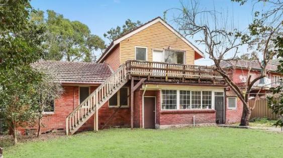 位于Castle Cove的废弃房屋以超过260,000美元的价格出售