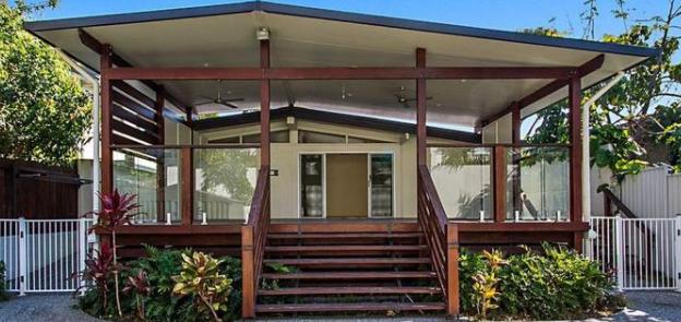 在拍卖会上出售后取代旧黄金海岸海滨别墅的新家