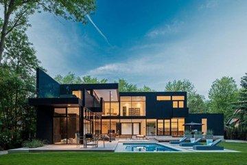 波光粼粼的泳池是买家必须关注的一点