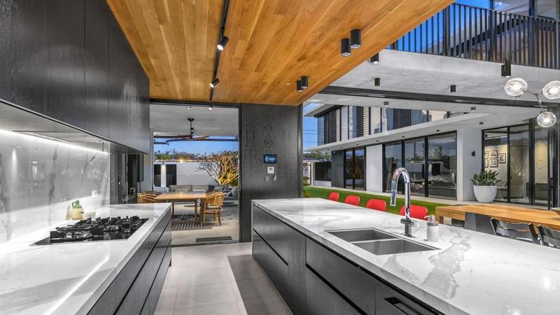 建筑师的QLD杰作在蓝筹布里斯班郊区出售