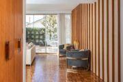 这栋房屋散发出与现代设计完美平衡的优雅复古风格