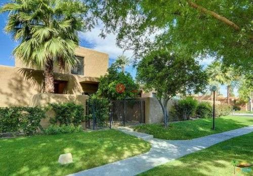 时髦的现代棕榈泉房子要价350万美元