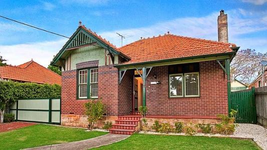 三位买家推动Geelong West房屋的价格超过储备51,000美元