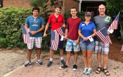 为了纪念假期 一位房地产专业人士走上街头 用国旗装饰社区