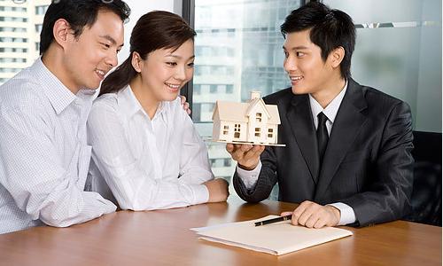 在经销商和开发商之间选择购买房产