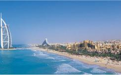 在迪拜的朱美拉海滩住宅海岸线附近的人造岛上有698间一至四间卧室的公寓