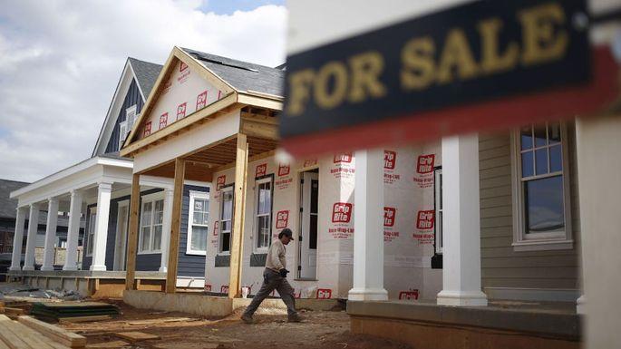 房地产经纪人正忙于帮助购房者完成待售房屋