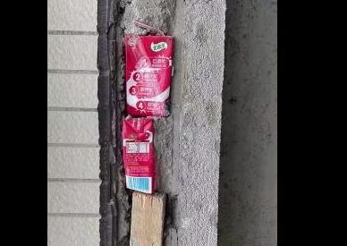 一小区业主在新房装修的时候发现水泥墙里居然填充了牛奶盒