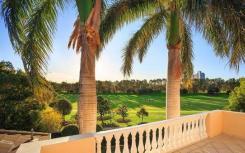 位于悉尼的河滨豪宅享有黄金海岸皇家植物园的景致
