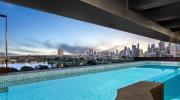 价值 700 万美元的豪华顶层公寓设有私人阳台游泳池