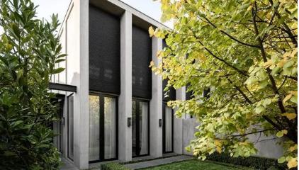 保罗康拉德列出了拥有郁郁葱葱的花园景观和现代设计的马尔文联排别墅
